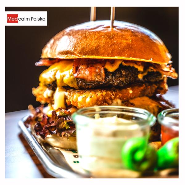 Hamburger z grilla, tłuste jedzenie